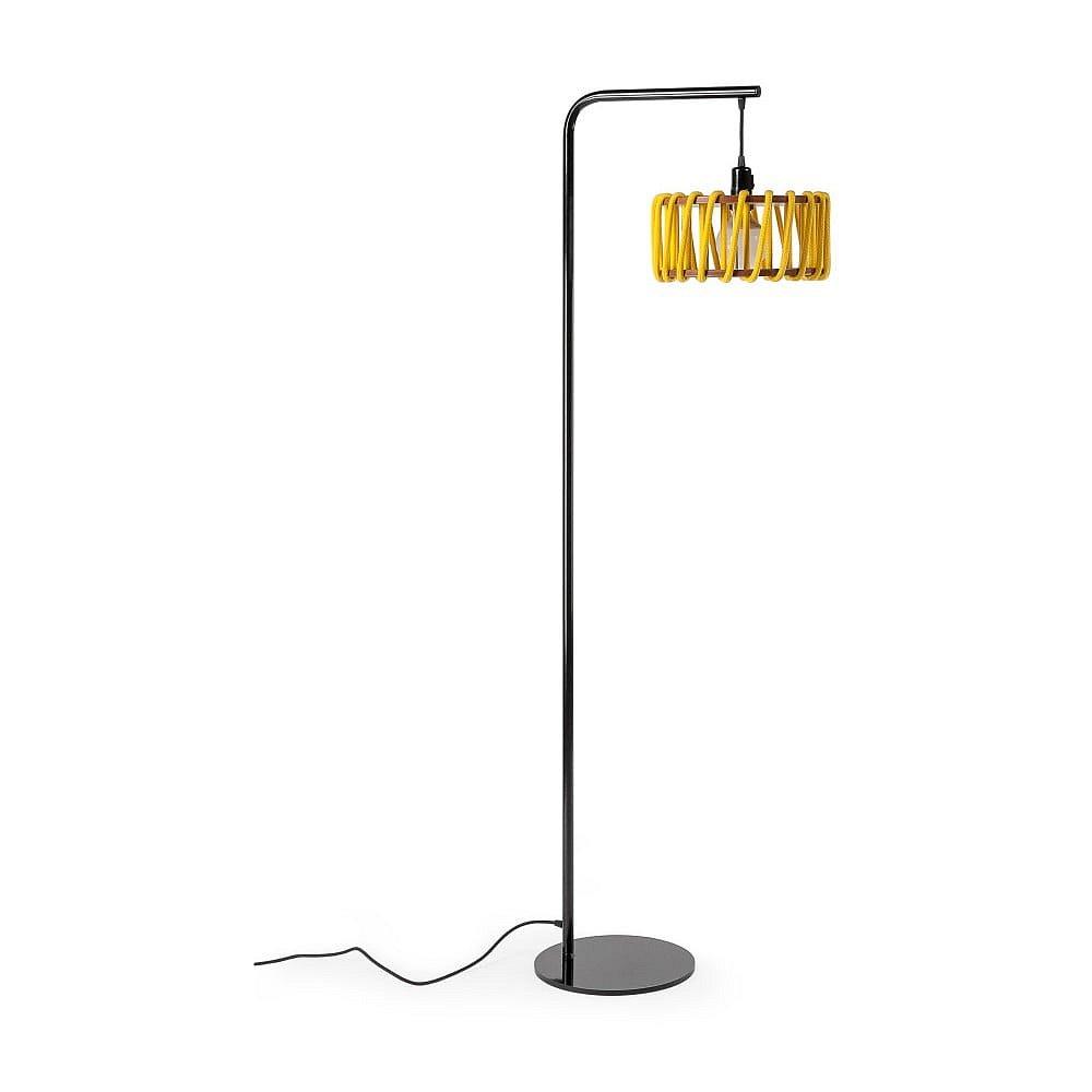 Stojací lampa s černou konstrukcí a malým žlutým stínidlem EMKO Macaron