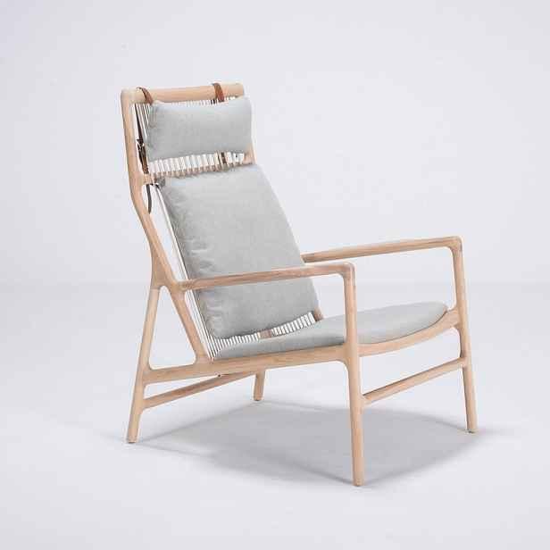 Křeslo s konstrukcí z dubového dřeva se modrošedým textilním sedákem